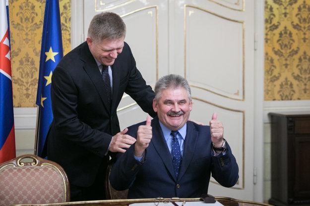 Podpisovanie minimálnej mzdy na rok 2018. Premiér Robert Fico a minister práce Ján Richter.