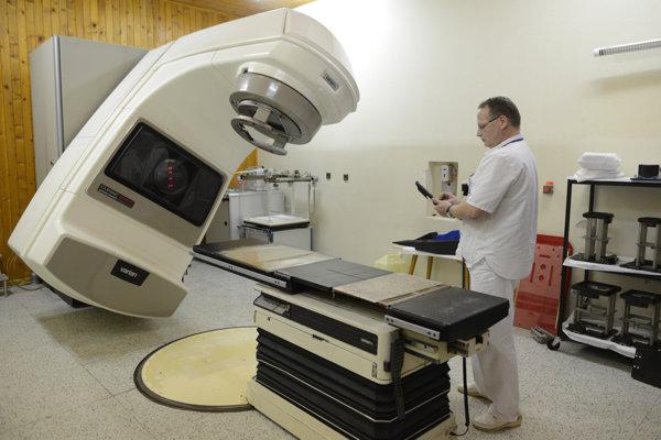 Na snímke starý, už poruchový lineárny urýchlovač z prvej polovice 90. rokov minulého storočia. Obsluhuje ho fyzik Arnold Štubňa.