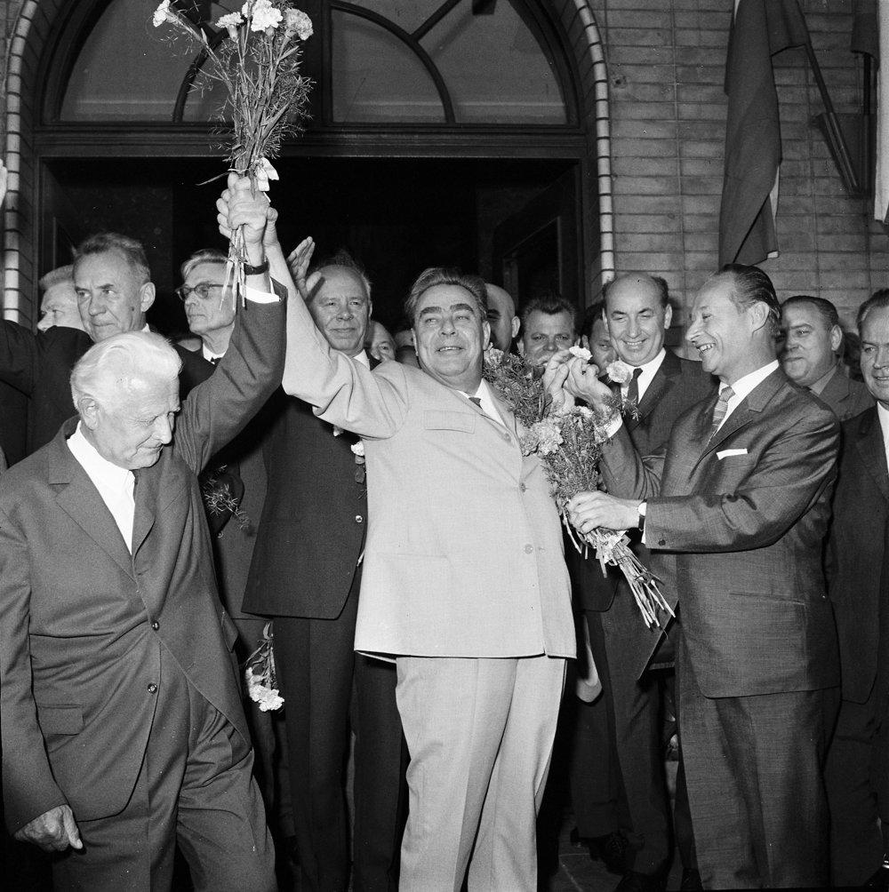 2.august 1968: sovietsku stranícka delegáciu vedenú generálnym tajomníkom ÚV KSSZ Leonidom Brežnevom vítajú prvý tajomník ÚV KSČS Alexander Dubček (vpravo), prezident ČSSR Ludvík Svoboda (vľavo).