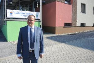 Riaditeľ DEMY Tibor Gavenda pred budovou nového autistického centra v Trenčíne.