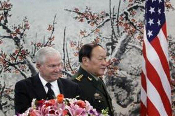 Robert Gates  s jeho čínskym partnerom Liang Kuang-liem v Pekingu.