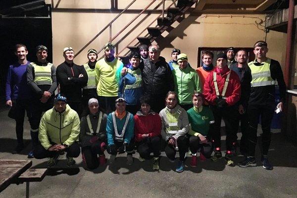 Týchto dvadsať bežcov si užilo nočný beh na 10 kilometrov.