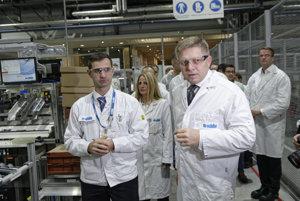 Generálny riaditeľ spoločnosti U-Shin Slovakia Peter Kretovič a predseda vlády SR Robert Fico počas návštevy nočnej zmeny