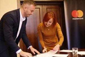 Katarína Macháčková a Martin Dolejš pri podpise memoranda.