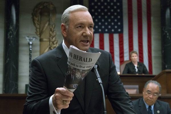 Kevin Spacey ako Frank Underwood v seriály House of Cards.