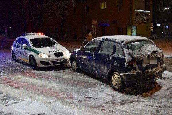 Popradčan bez vodičáku narazil do policajného auta.