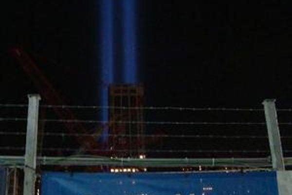 Svetelné lúče na mieste bývalých dvojičiek v čase výročia útokov.
