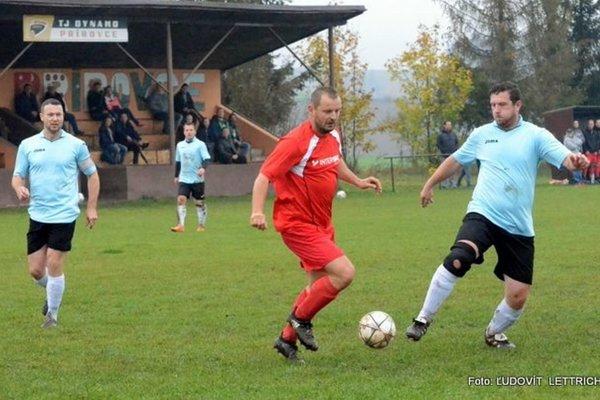 Marián Móric (v červenom) odohral dobrý zápas aj proti Mošovciam, strelil im dva góly.