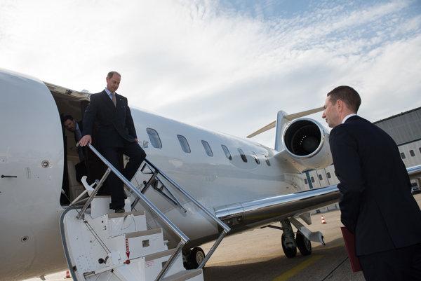 Britský princ Edward vystupuje zo svojho lietadla v Bratislave.