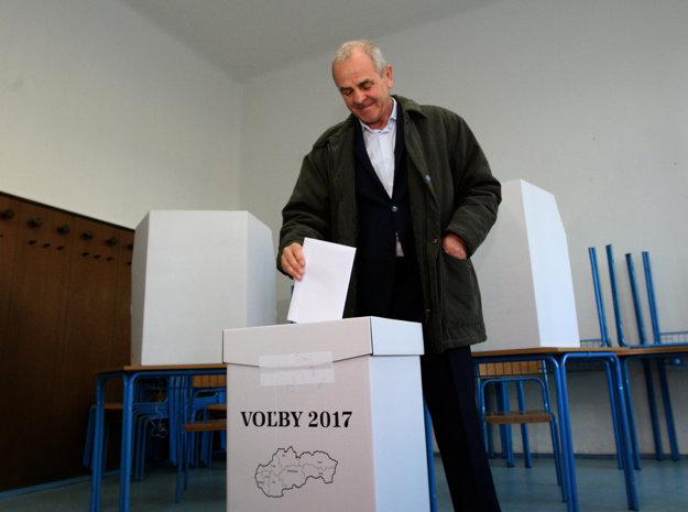 Kandidát na banskobystrického župana Ján Lunter vhadzuje hlasovací lístok do volebnej urny.
