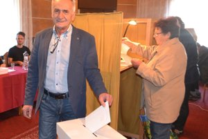 Kandidát na župana BBSK Pavel Greksa už odvolil a oslavuje.
