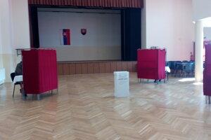 Volebná miestnosť v Brestovanoch.