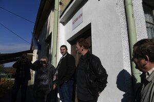 Na snímke členovia okrskovej volebnej komisie čakajú na voličov pred volebnou miestnosťou obci Uhrovské Podhradie počas volieb do orgánov samosprávnych krajov 4. novembra 2017.