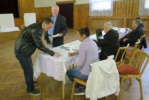 V Parnici prišlo pred obedom do volebnej miestnosti viac ako 80 voličov, čo je zhruba 10 percent z oprávnených.