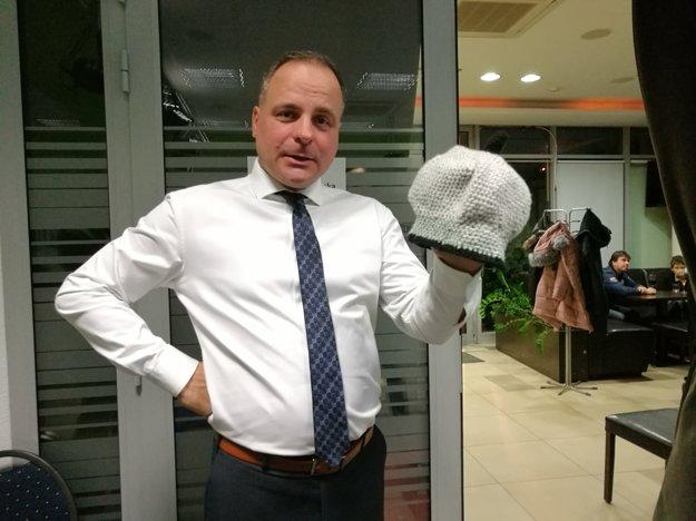 Juraj Droba novinárom čiapku, ktorú mu uplietla Lucia Nicholsonová.