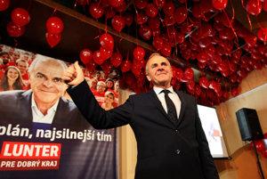 Ján Lunter čaká na výsledky volieb na štábe v Banskej Bystrici.