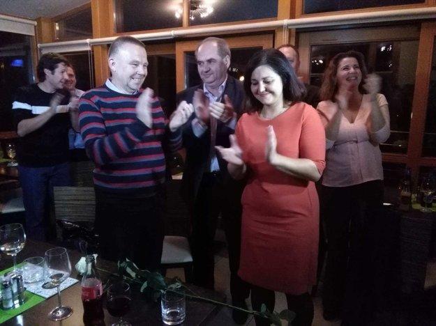 Erika Jurinová (vpravo) oslavuje svoj triumf vo voľbách.