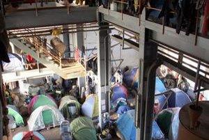 Obyvatelia Rosarna stoja počas nepokojov za barikádami z áut. (na snímke dole) Prekážali im Afričania, ktorí žili na okraji mesta v opustenej továrni.
