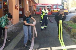 Vyskúšali si aj hasičskú techniku.