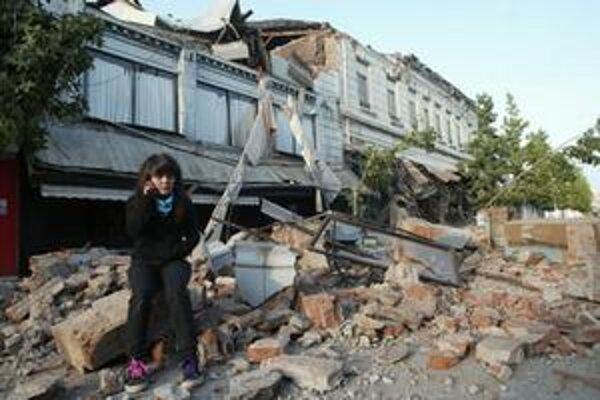 Mladá žena sedí v troskách troskách domu v čilskom meste Talca.