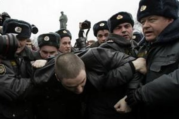 Príslušníci ruskej polície zatýkajú jedného z demonštrantov počas protivládneho protestu v centre Moskvy.