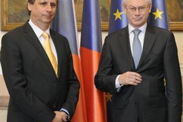 Jan Fischer (vľavo), populárny šéf českej úradníckej vlády.