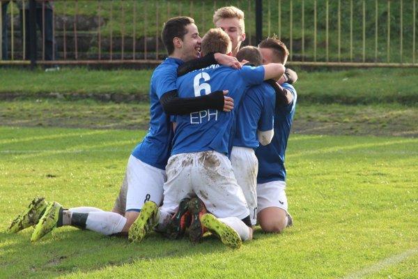 Futbalisti Nižnej sa tešia z druhého gólu v sieti Oravskej Poruby.