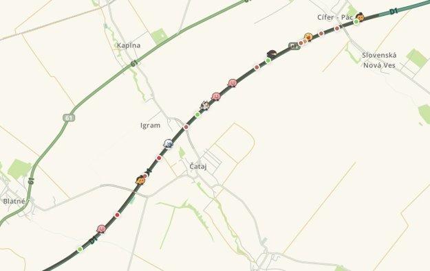 Pred Blatným smerom z Trnavy komplikoval dopravu odstavený kamión v zúženom úseku.