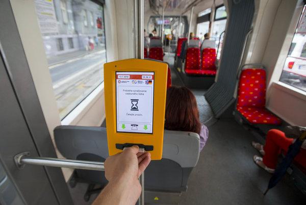 Označovanie cestovného lístka v električke bratislavskej mestskej hromadnej doprave.