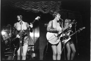 """Kapela """"Ladybirds"""" v nočnom klube """"Modrý anjel"""" v New Yorku, 1965. S dovolením Rakúskej národnej knižnice."""