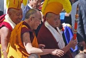 Dalajláma sa prišiel do himalájskeho mesta na hranici s Tibetom hlavne modliť. Čína ho obvinila z provokácie.