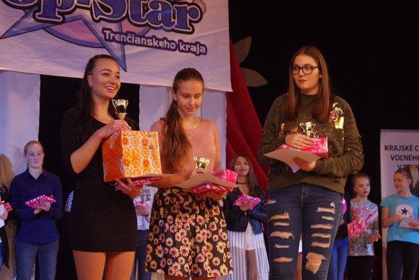 Finále súťaže pre mladé talenty. Toto sú víťazky druhej kategórie speváckej súťaže.