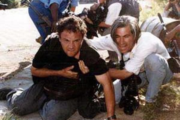 Najtragickejšia chvíľa Bang - Bang Clubu. Zasiahnutý Greg Marinovich je na kolenách, v pozadí odnášajú smrteľne zraneného Kena Oosterbroeka.