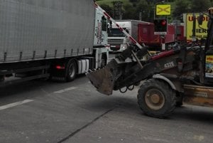 Typickým príkladom nezodpovednosti je aj  prípad kamionistu, ktorý  7. júla večer  zostal stáť na železničnom priecestí so závorou na kapote auta.
