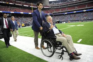 George Bush starší je od roku 2012 pripútaný na vozíček.