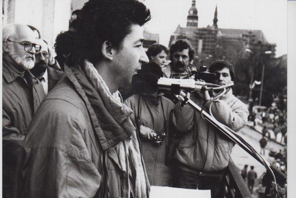 Ján Budaj sa Košičanom prihovára z balkóna vedeckej knižnice.