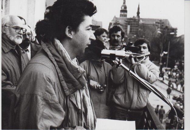 Ján Budaj sa v Novembri 1989 takto prihováral Košičanom z balkóna vedeckej knižnice.