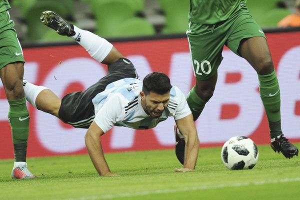 Argentínsky futbalový útočník Sergio Aguero skolaboval cez polčas utorňajšieho prípravného zápasu s Nigériou.