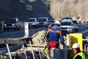Plná premávka a stavebné práce na jednom z troch pruhov. Tak to bude od dnes vyzerať na horskom priechode Kremnické Bane.