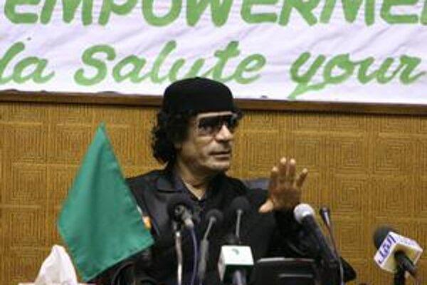 """Muammar Kaddáfí obvinil arabských lídrov zo """"zbabelej"""" reakcie."""
