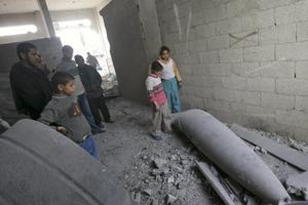 Palestínske deti si obzerajú izraelskú raketu.