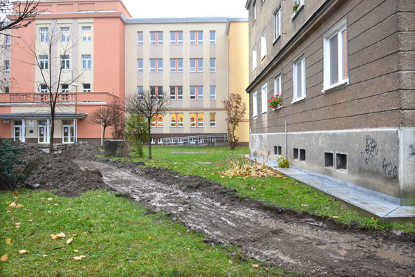 Príprava na výstavbu. Nový chodník nahradí vyšliapanú cestičku pri bytovke.