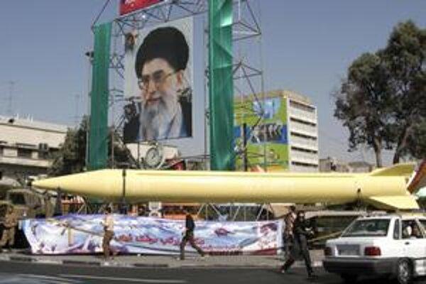 Iránska raketa Šaháb-3 je schopná niesť jadrové hlavice. Západ sa iránskeho atómového programu obáva.