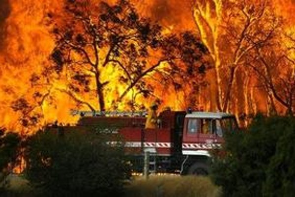 Ohňová stena neďaleko mesta Tonimbuk, 125 kilometrov od Melbourne.
