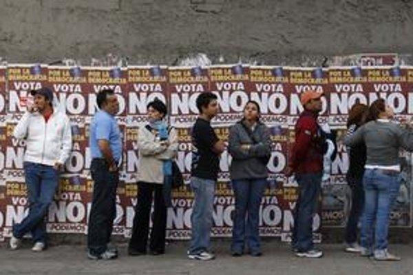 Venezuelčania čakali v dlhých radoch na možnosť hlasovať v referende. Na plagátoch po múroch mu opozícia odkazovala rázne nie jeho snahám predĺžiť si volebné obdobie na neurčito.