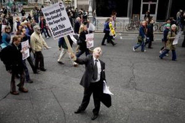 Centrum  Dublinu, ulica O'Connell  zažila jednu z najväčších demonštrácii v histórii. Jej účastníci považujú za vinníkov finančnej krízy bohatú elitu.