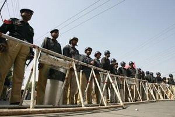 Pakistanská polícia stojí v pohotovosti za barikádami počas protivládnych protestov.