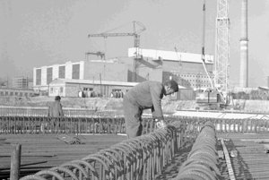 Z výstavby jadrovej elektrárne V 1 v Jaslovských Bohuniciach.  Na archívnej snímke zo 17. apríla 1974 vedúci čatár železničiarov Alojz Petráš pri armovaní na  základovej dosky hlavného bloku jadrovej  elektrárne V 1 v Jaslovských Bohuniciach.