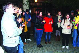 Študenti pred bývalým domom módy.