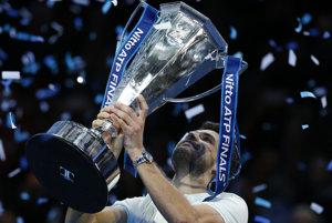 Grigor Dimitrov s trofejou pre víťaza.
